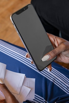 Mujer pagando facturas en línea a través de la banca por internet