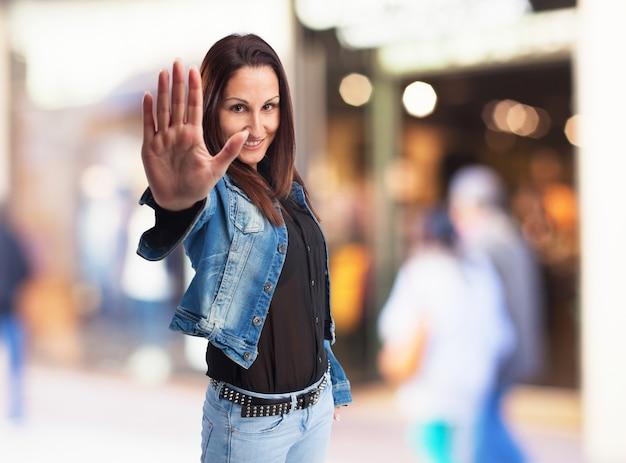 Mujer con la palma levantada hacia adelante