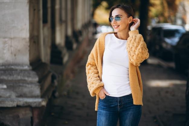 Mujer en paños calientes afuera en el parque otoño