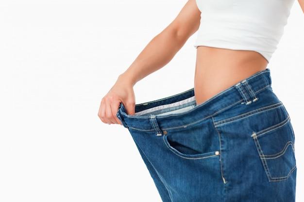 Mujer con pantalones demasiado grandes