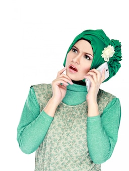 Mujer con pañuelo en la cabeza llamando por teléfono