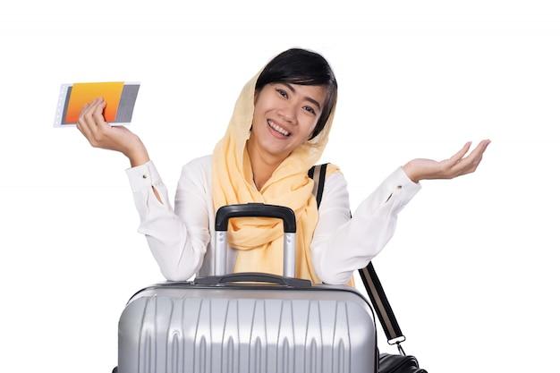Mujer con pañuelo en la cabeza con maleta