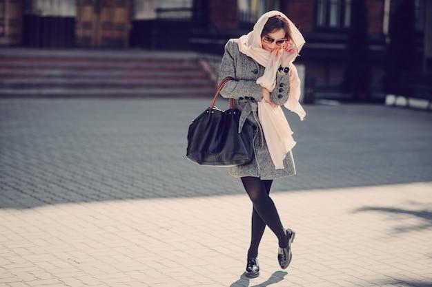 Mujer con un pañuelo paseando
