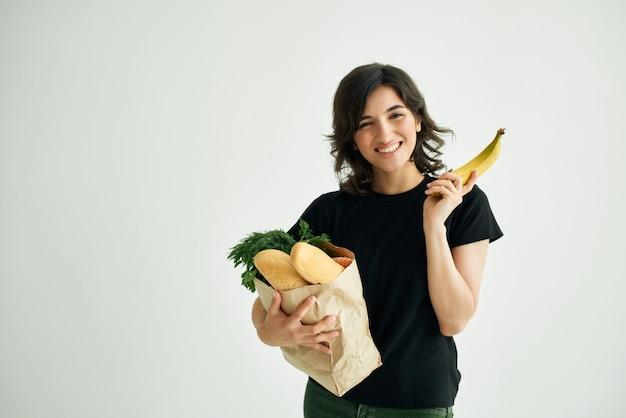 Mujer con un paquete de cocina de entrega de comestibles