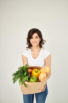 Mujer con paquete de servicio de entrega de comestibles. foto de alta calidad