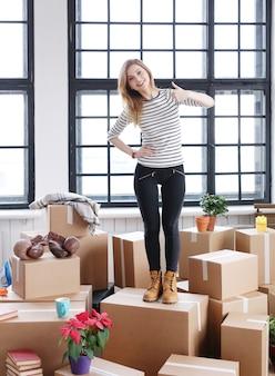 Mujer con paquetes de carga listos para enviar o mudarse