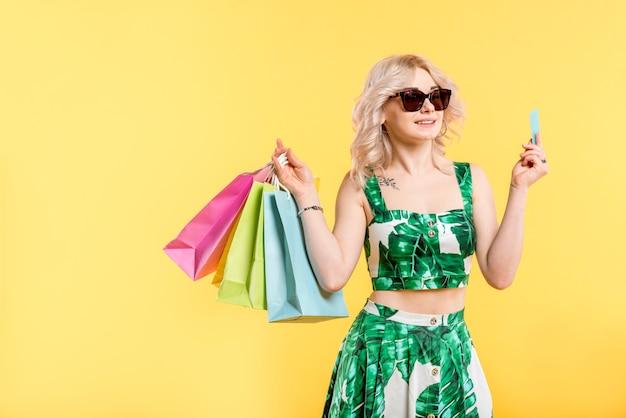 Mujer con paquetes y tarjeta de crédito.