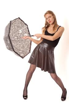 Mujer bajo paraguas negro