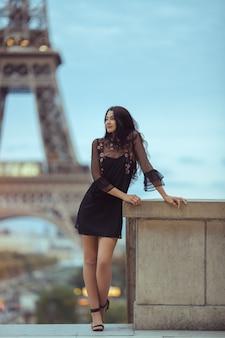 Mujer parisina cerca de la torre eiffel en parís, francia.