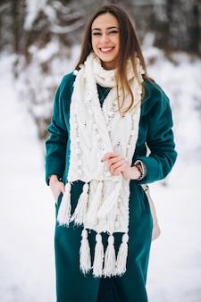 Mujer en el parque de invierno