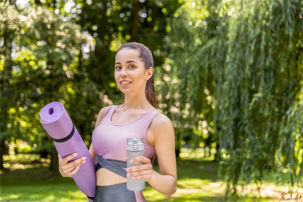 Mujer en el parque en ropa deportiva