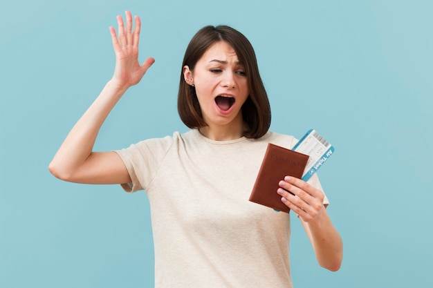 Mujer con pasajes de avión y pasaporte