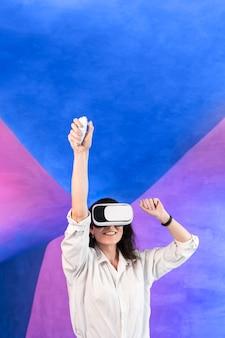 Mujer pasando un buen rato con casco de realidad virtual
