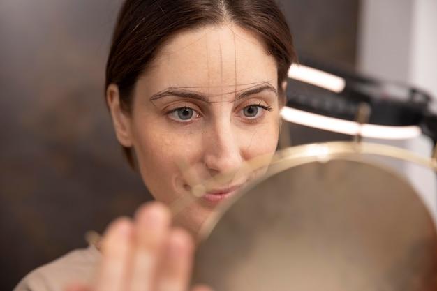 Mujer pasando por un procedimiento de microblading