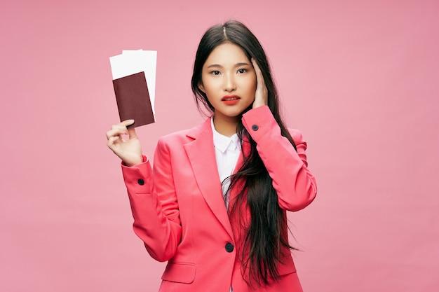Mujer en pasaporte rosa y billetes