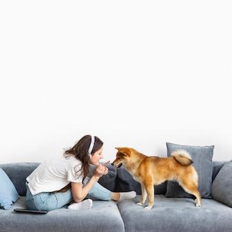 Mujer pasar tiempo junto con su perro