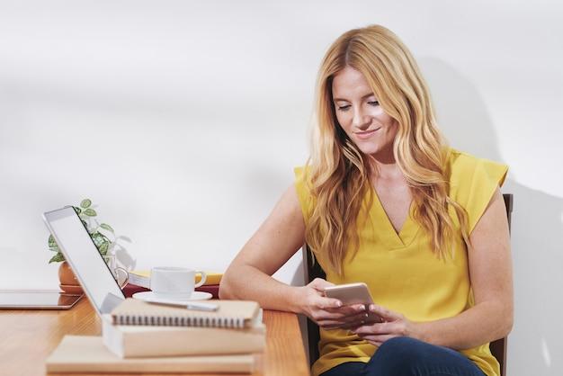 Mujer pasar tiempo con smartphone