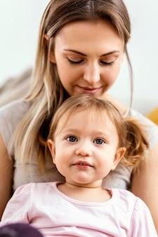 Mujer pasar tiempo con su hija en el evento del día de la madre