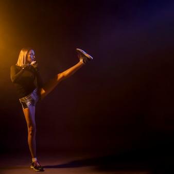 Mujer pateando mientras entrena cuadro