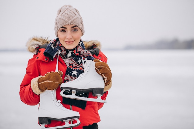 Mujer patinando sobre hielo en el lago