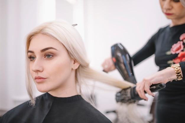 Mujer, peinado, con, cepillo