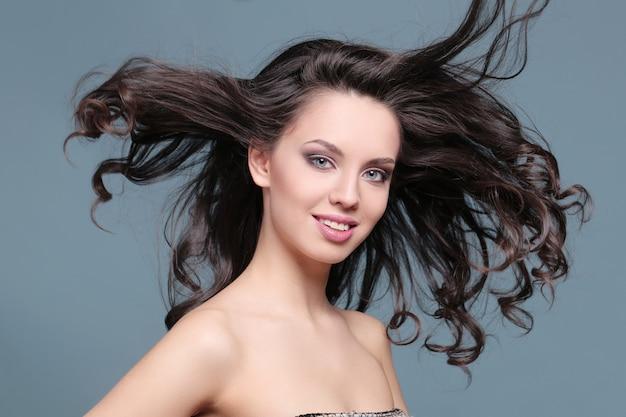 Mujer en peinado rizado comercial