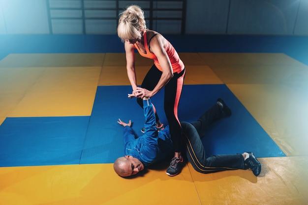 Mujer pelea con hombre, técnica de autodefensa