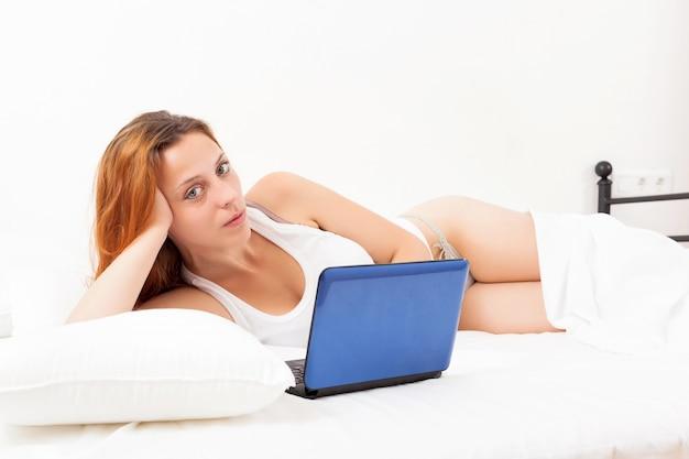 Mujer pelirroja con la computadora portátil