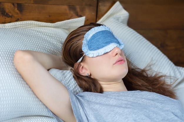 Mujer pelirroja durmiendo en la cama
