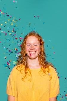 Mujer pelirroja de fiesta con confeti