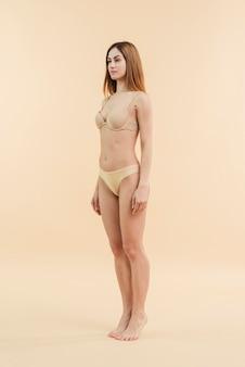 Mujer pelirroja joven posando en ropa interior