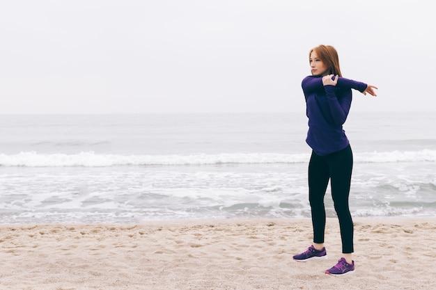 Mujer pelirroja joven que hace deportes