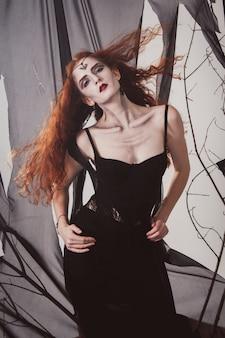 Mujer pelirroja que una bruja está esperando para halloween