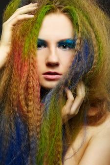 Mujer pelirroja rizada de pelo largo