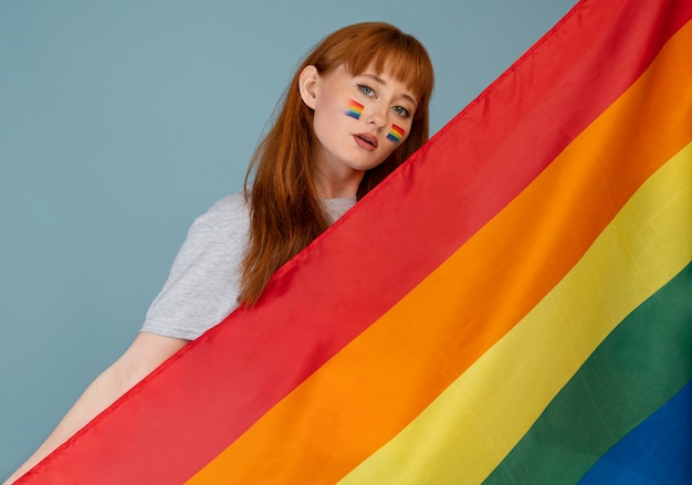 Mujer pelirroja con símbolo de arco iris