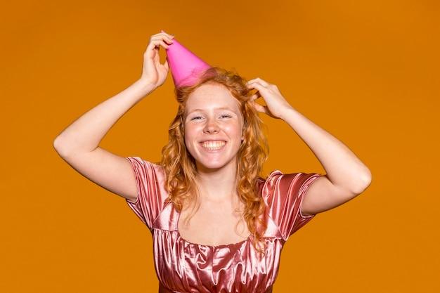 Mujer pelirroja sonriente de fiesta en su cumpleaños