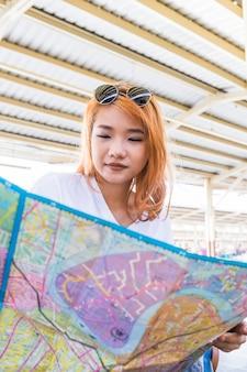 Mujer pelirroja sosteniendo mapa