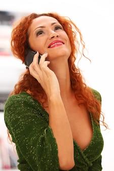 Mujer pelirroja con teléfono móvil