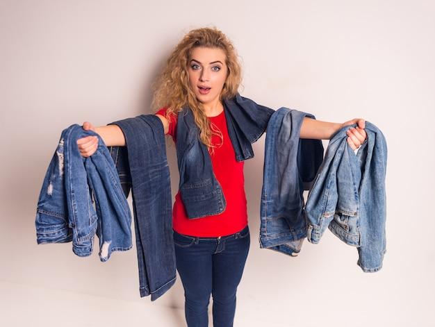 Mujer de pelo rizado elige jeans