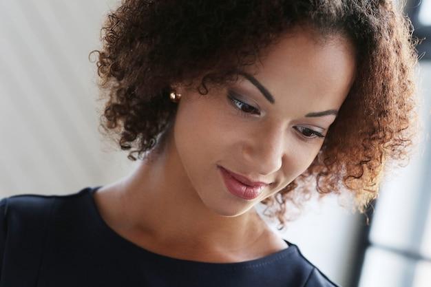 Mujer, con, pelo rizado, y, sonriente