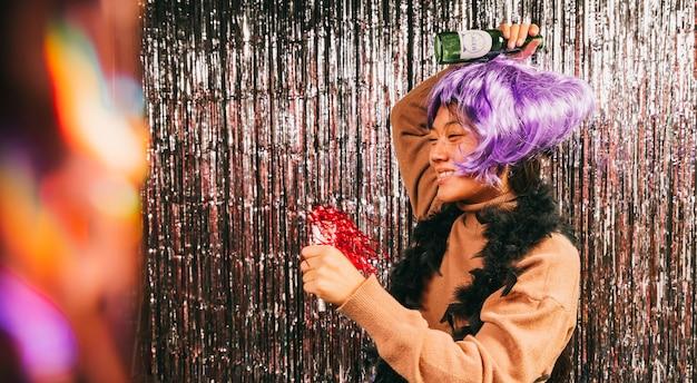 Mujer con peluca bailando en fiesta de carnaval