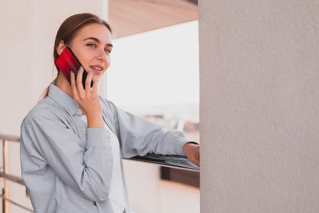 Mujer de pensamiento hablando por teléfono