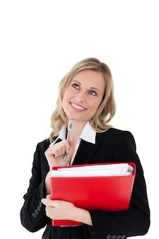 Una mujer pensante con un lápiz y un archivo en sus manos