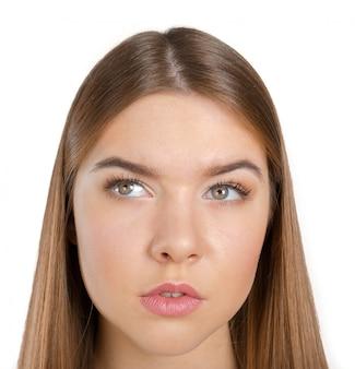 Mujer pensante de pie pensativa contemplando mirando escéptica