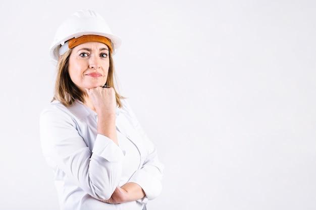 Mujer pensativa en casco