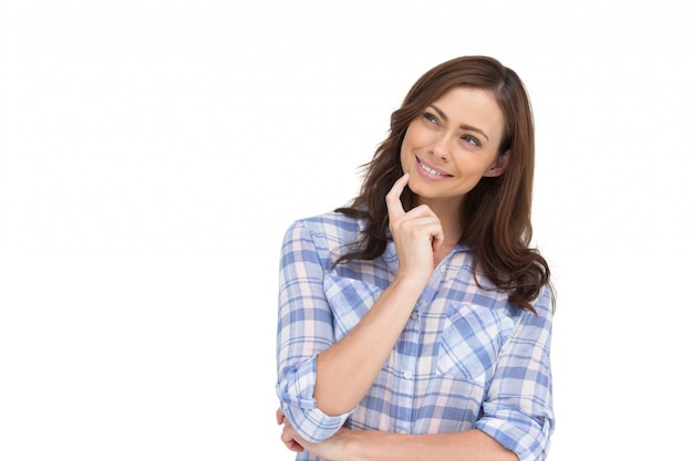 Mujer pensativa colocando su dedo en su barbilla