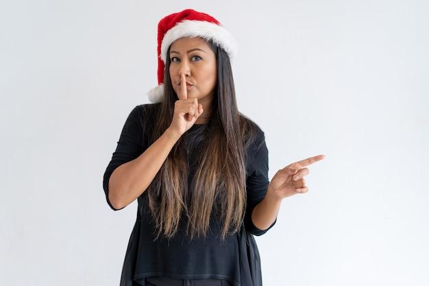 Mujer pensativa compartiendo noticias secretas de navidad.