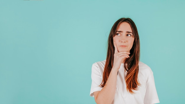 Mujer pensativa en camiseta blanca