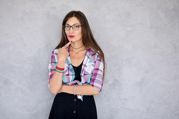 Mujer pensativa con gafas