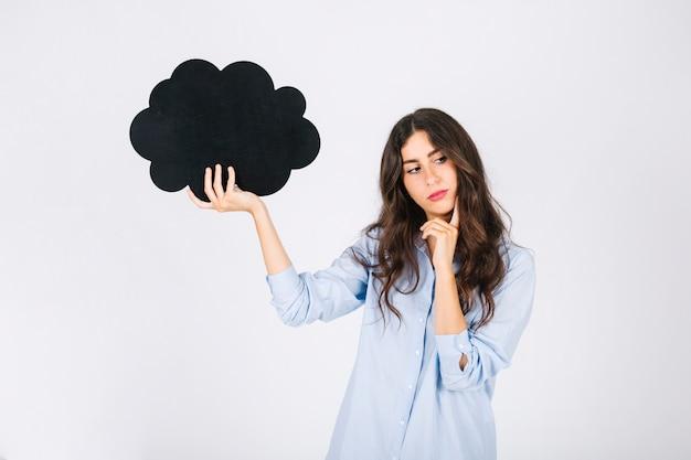 Mujer pensativa con globo de discurso